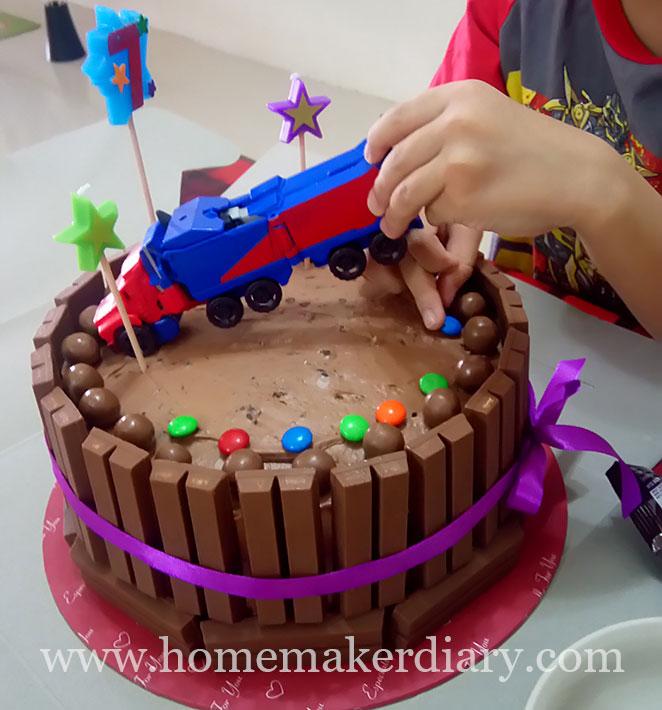transformers-kitkat-cake-2
